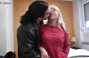 امرأة تنزيلسكسي سمراء شجاعة مع زوج من الجينز.